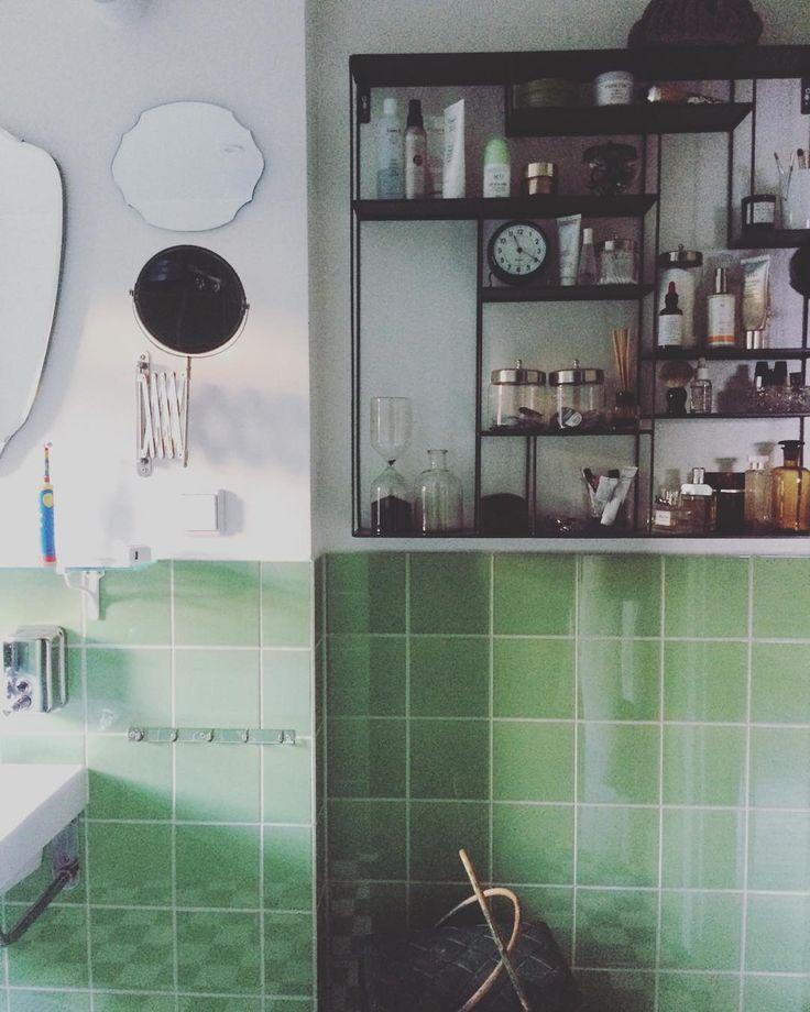 """""""Lite extra kär i mitt badrum denna morgon. Material girl... #hemmamedhelena #funkisbadrum #funkis #badrum Kakel från @byggfabriken Hylla från @brukadesign"""""""