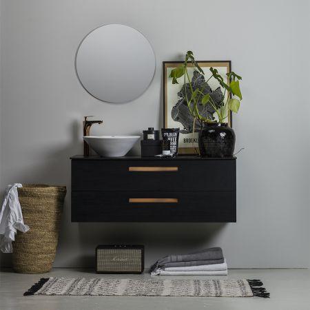 NORO RELOUNGE badrumsmöbel med det fristående porslinet LOOP, blandaren OCEAN och spegeln FLEX ROUND.