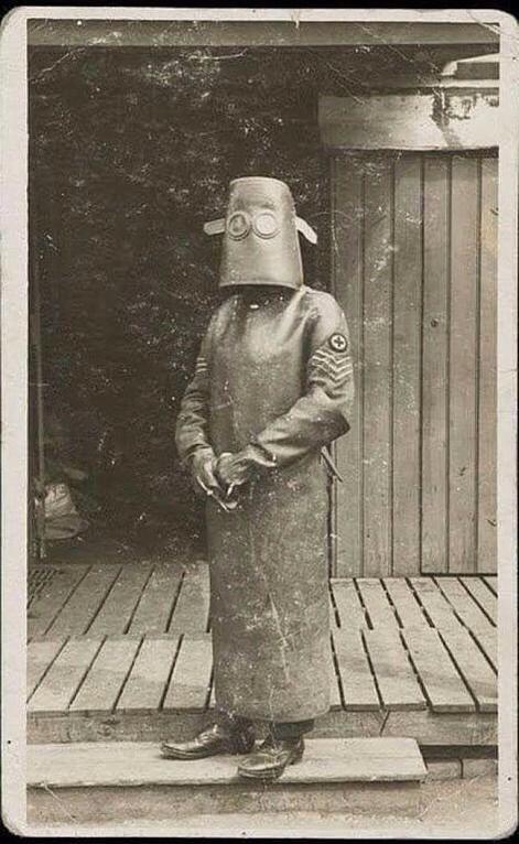 Костюм медсестры рентгенкабинета  в 1918 году. Фантомас отдыхает:)