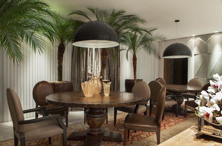 o-home-theater-desenvolvido-por-sergio-paulo-rabello-possui-uma-area-de-jantar-nela-as-referencias-classicas-se-misturam-ao-estilo-moderno-sobre-a-mesa-por-exemplo-os-vasos