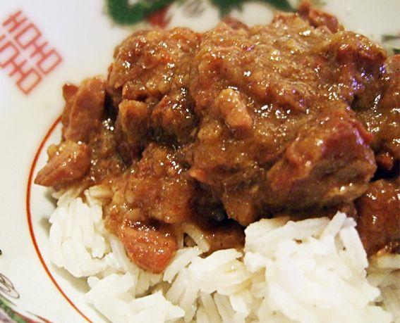 Ik betwijfel of dit een traditioneel Indisch recept is. Het is een gerecht wat ik van kinds af aan regelmatig thuis heb gegeten. Mijn moeder maakt dit gerecht normaal gesproken met stoofribben, dikke varkensrib met een stevig bot …