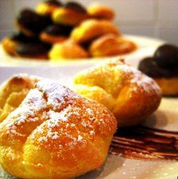 Bignè con crema pasticcera, neri e bianchi #italianrecipes #italianfood #dessert