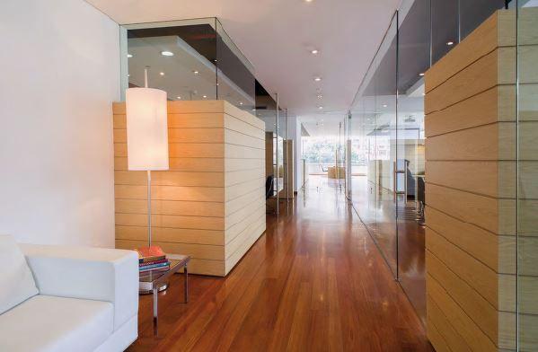 La madera es de granadill o en el piso y de flormorado en las estructuras separadoras. Las cortinas son de Hunter Douglas.