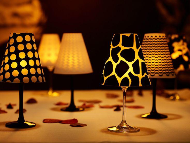 """Op zoek naar een originele manier om je eettafel te verlichten? Ben je de gastheer/gastvrouw van een etentje? Dan heb je vast al uit het tv-programma """"Komen Eten"""" geleerd dat het niet alleen belangrijk is wat je op tafel serveert, maar ook hoe die tafel zelf eruitziet. Vergaat daarom saaie kaarsen op tafel om deze gezellig te verlichten. Met de Wijnglas Lampenkappen Laat je de eettafel in een oogwenk baden in gezellig licht."""