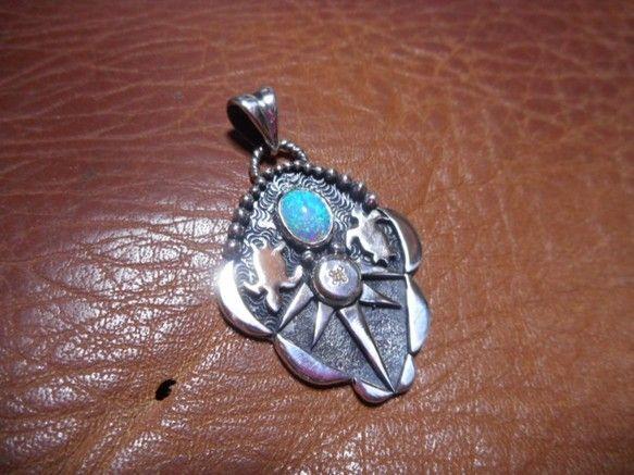 サイズ:縦4cm、横2.7cm重量:9g素材:純銀、銀950、オパール、ダイヤモンドチェーン付きアメリカインディアンの文化では、母なる大地の象徴と尊ばれている...|ハンドメイド、手作り、手仕事品の通販・販売・購入ならCreema。
