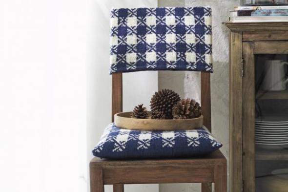 So wird aus einem schlichten Holzstuhl ein flotter Wintersitz. Verschönern Sie Ihren Stuhl mit diesem tollen Strickbezug im Stoffdessin. Wir zeigen Ihnen, wie Sie diesen schönen Stuhlbezug ganz einfach selbermachen können. http://www.fuersie.de/stricken/kostenlose-strickanleitungen/artikel/anleitung-strickbezug-im-stoffdessin-selbermachen