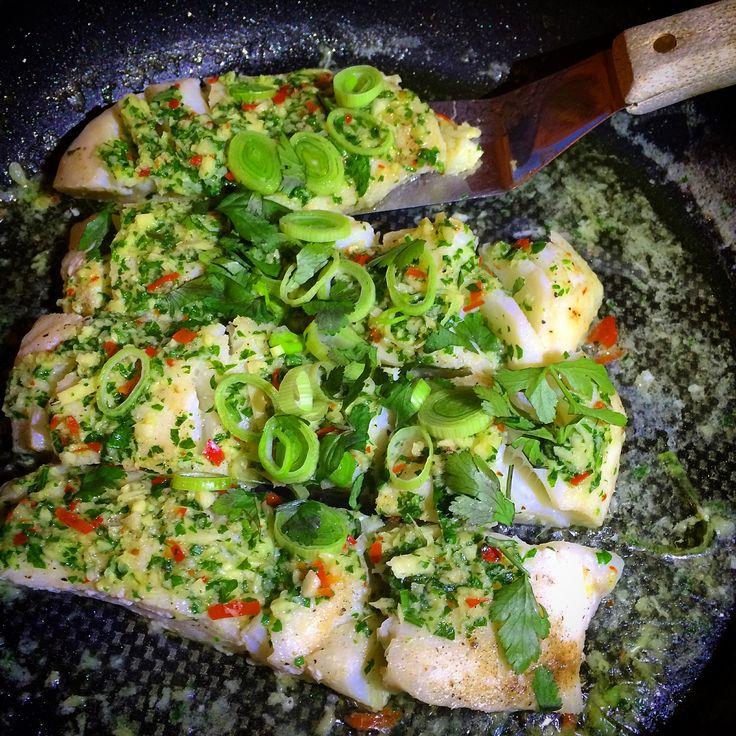 Denne fiskemiddagen var overraskende lett å lage og smakte helt vanvittig godt. Fisk er rask og sunn middag i hverdagen og anbefales å spise minst 2-3 ganger i uken. Skreifileten ble stekt i en sma…
