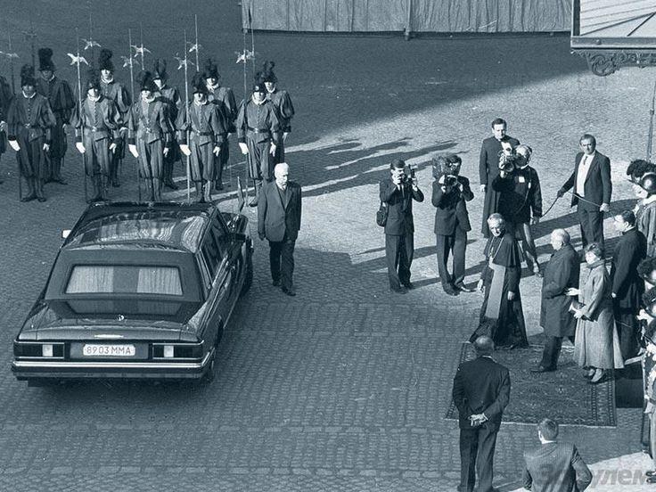 оследний Генеральный секретарь ЦК КПСС, первый президент СССР М. Горбачев, Р. Горбачева и главный автомобиль СССР — ЗИЛ-41047 в Ватикане.
