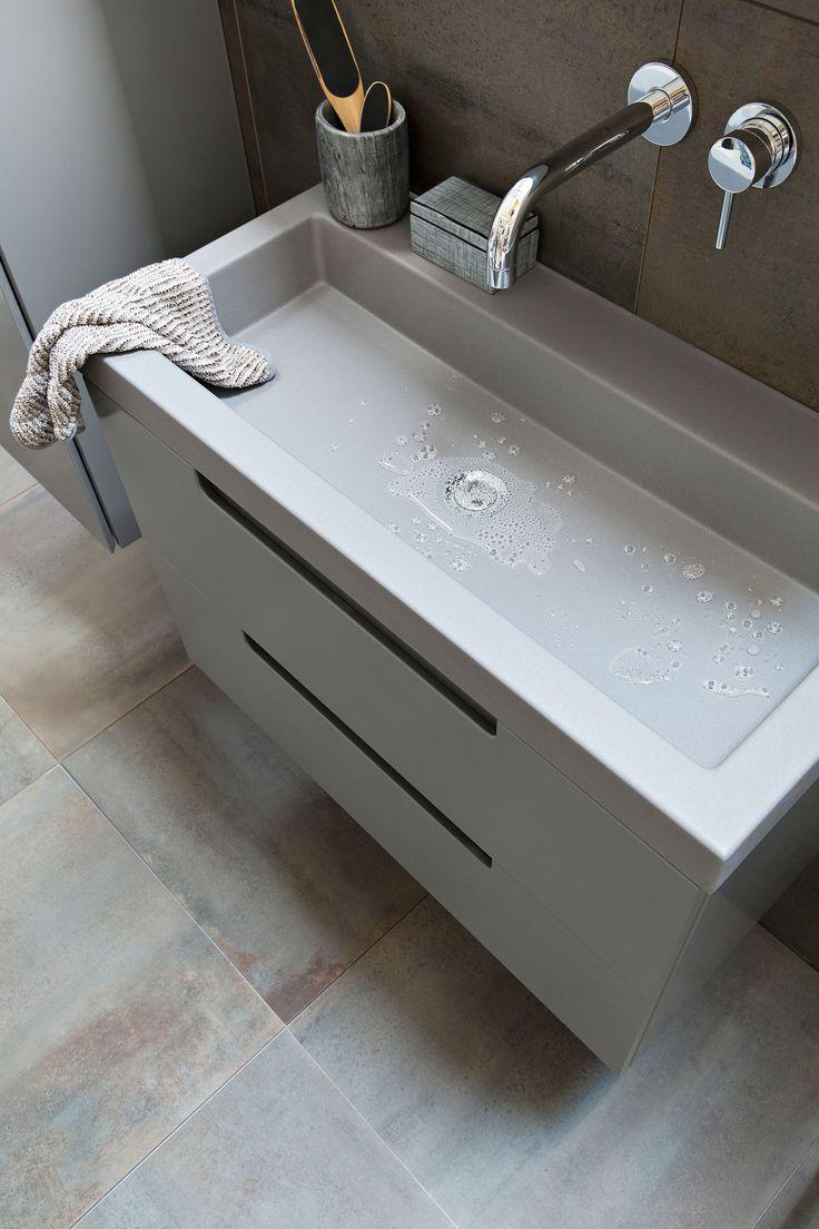 grijze >De Solid kast en onderkast zijn er in de kleuren Powder White, Graphite,Oak en Dark Oak, de Solid wastafel is er in de kleuren Powder White en Graphite.De badkamermeubels zijn binnenkort verkrijgbaar.</p> <p><img class=