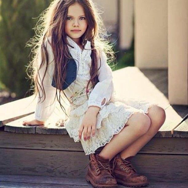 Esta hermosa esa nina me encanta el estilo :)