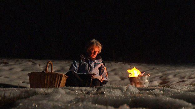 Gisula Tscharner ist in der Schweiz eine Pionierin der freien Ritualbegleitung. Ursprünglich Pfarrerin, ist sie vor 25 Jahren aus der Kirche ausgetreten und bietet seither Rituale in der Natur an, bei jedem Wetter. Der Film von Christina Caprez begleitet die Wahlbündnerin bei ihrer Tätigkeit.