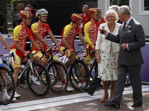 O príncipe Charles e a duquesa Camilla foram presenças ilustres na largada da prova de ciclismo de estrada dos Jogos Olímpicos de Londres, realizada na manhã deste sábado, próxima ao Palácio de Buckingham  Foto: Reuters