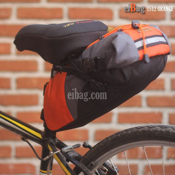 Tas sadel sepeda terbaru dengan kode EIBAG 1512 ORANGE. Menggunakan jenis bahan nylon warna orange dan variasi cordura abu. Dipasang pada bagian bawah sadel sepeda dengan mengunakan 4 buah tali webbing. Bahan dalamnya menggunakan warna hitam. Kemudian bagian alasnya dilapisi juga dengan bahan fiber yang keras. Pada bagian tutup atas tas sepeda murah ini dipasang …