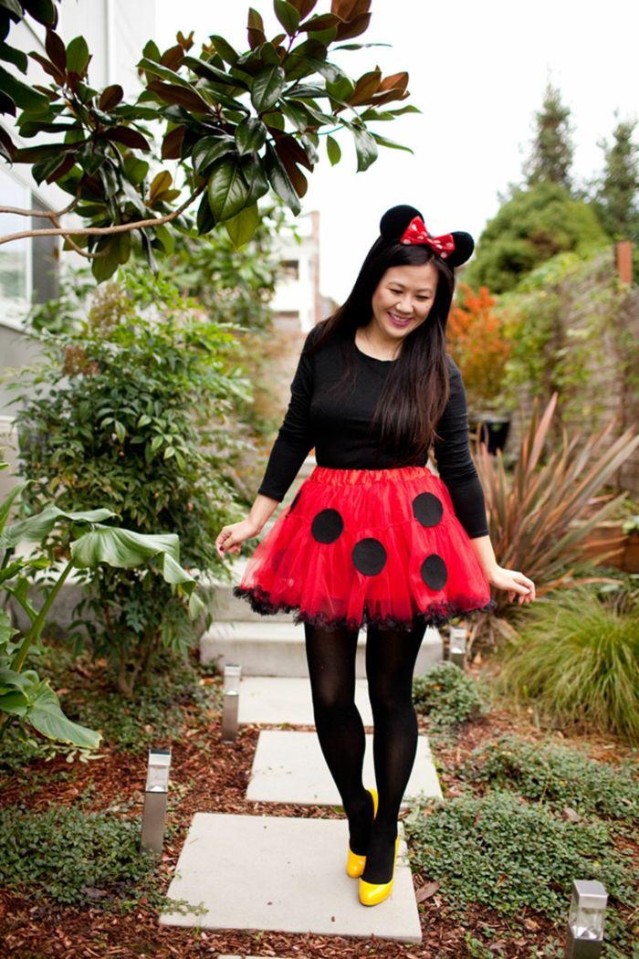 disfraces faciles, mujer disfrazada de mini mouse con zapatos amarillos