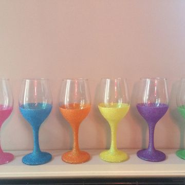 Glitter wine glasses. Head on over to learntobeadiydiva.wordpress.com to find out how to make them!