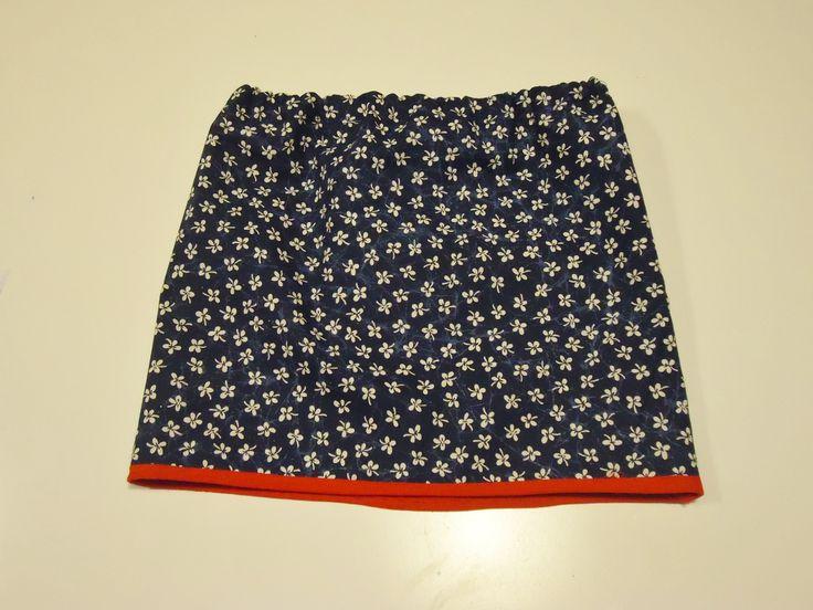 DIY rok  blauw met witte bloemetjes en rood biezeke als afwerking: mini rokje voor mijn grote meid