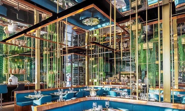"""Морской ресторан в Барселоне http://www.admagazine.ru/inter/97898_morskoy-restoran-v-barselone.php  В порту Барселоны открылся колоритный ресторан: сине-зеленая палитра и растения-""""водоросли"""" напоминают о морском дне, позолоченные вертикали отражаются в зеркальном потолке, словно мачты в воде, а черно-белая графика на стенах туалетной комнаты живописует древнюю средиземноморскую мифологию."""