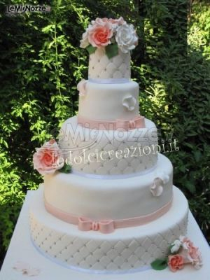 http://www.lemienozze.it/gallerie/torte-nuziali-foto/img29394.html Torta nuziale multipiano con rose applicate