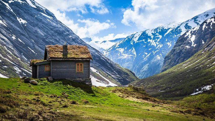 Karlı Dağların Arasında Zirveye Yakın Yerdeki Kulübe ve Muhteşem Doğa Manzarası
