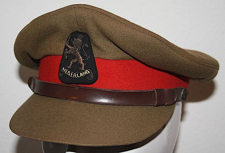 Uni-khaki platte Generaals pet met rode band met Nederlandse leeuw en Engelse uniformknopen 1945-1960
