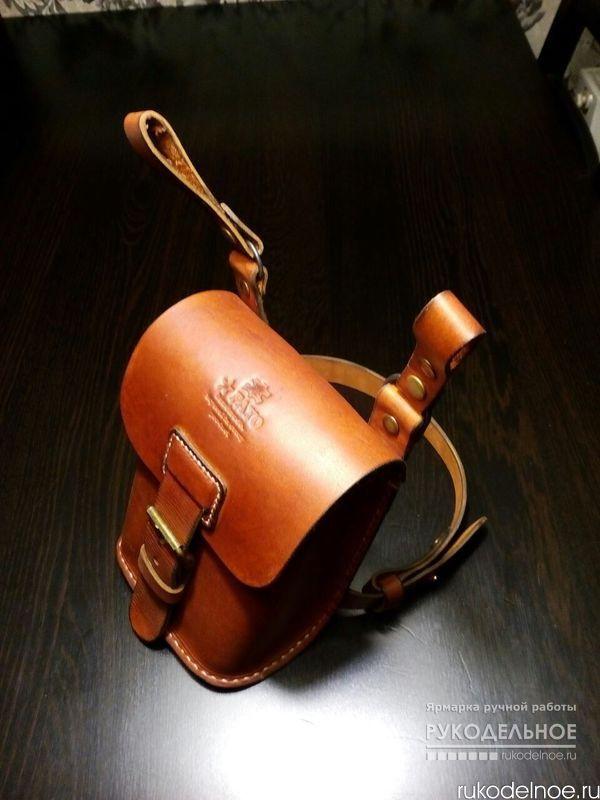 """Мужская набедренная сумка Идеальный подарок для мотоциклиста, велосипедиста, для всех тех,кто любит свободу движения. Сумка на бедре для документов, гаджетов и важных мелочей. Кулиска из мягкой кожи с резинкой не позволит выпасть мелким предметам. Кожа благородного цвета """"коньяк"""" пропитана специальным составом защищающим от дождя и солнца, и со временем изделие приобретет брутальный вид. Эту сумку можно заказать в другом цвете…"""