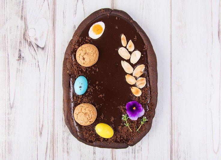 Una squisita crostata al cioccolato a forma d'uovo di Pasqua. Ricetta passo dopo passo, facile e veloce.