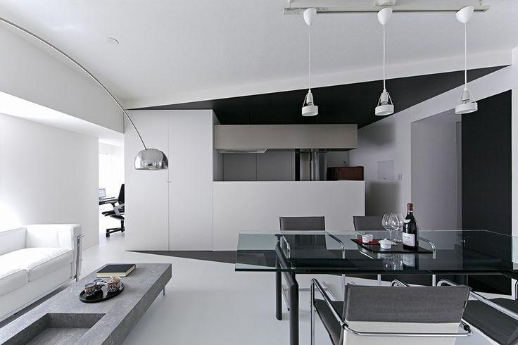 schwarz-weiß-Wohnung-Design in Tokio zeitgenössische Innenarchitektur Minimalsit Raum klare Linien kantigen zeitgenössisches Design Clena Raum Glastisch elegant beendet