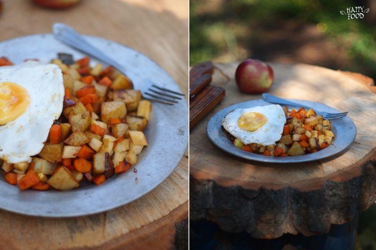 3-4 картофеля 1 морковь 1 небольшая луковица 1 болгарский перец 1 твердое яблоко соль и перец 2-3 ст/л ол масла 1/2 ч/л паприки и чили  Картофель нарезать кубиками. Обжаривать на разогретой с маслом сковороде 10мин . Добавить нарезанную меньшими чем картофель кубиками морковь и лук. Обжаривать еще 5 мин. , добавить нарезанный перец , паприку, чили, соль и перец и тушить еще 5 мин. Добавить нарезанное кубиками яблоко , перемешать.