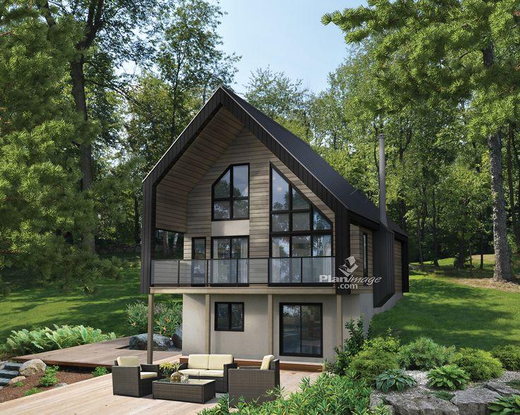 Coiffé d'un toit en pignon, ce chalet de style scandinave possède un balcon couvert ainsi qu'une abondante fenestration.