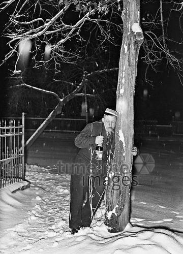 Neujahrsmorgen, 1938 Timeline Classics/Timeline Images #Feiern #Silvester #Neujahrsfeier #Neujahrstag #31.Dezember #Jahresende #Party #Brauchtum #historisch #schwarzweiß #historical #Nostalgie #nostalgisch #Partyoutfit  #vintage #betrunken #Schnee #Neujahrsmorgen #Kater #Zigarre #Baum