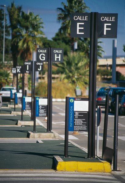 AEROPUERTO. Monolito direccional a suelo y señalización vertical de parking.