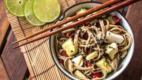 Japonské soba nudle s tofu, avokádem a chilli, najlepšie recepty z avokada