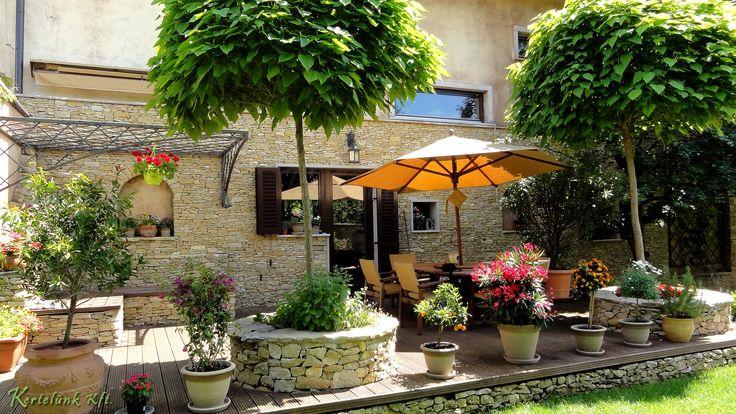 Mediterrán hangulatú, napos terasz, színes növényekkel körül véve. #mediterrán #terasz