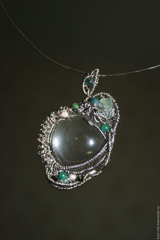 Кулон ручной работы- стекло увеличетельное, бусины из натуральных камней