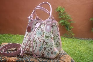 Bag motif Flower Batik Indonesian Culture Limited Product New Collection   #flower #batik #fashion #culture #indonesia #leather #bag #limited #batik #pink #art #design  Contact : karwoto.hartanto@gmail.com