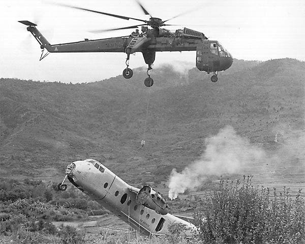 En esta foto se ve como el helicóptero recoge los restos de algunos de los aviones derribados ...