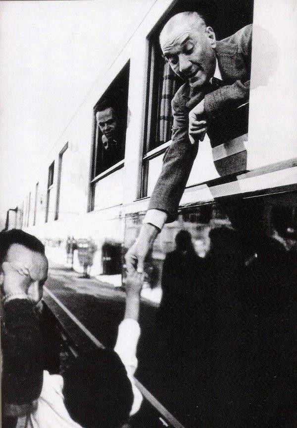 Atat�rk, 1934 Ankara'dan hareket ederken manevi k�z� �lk� ile vedala��yor..ANKARA GAR