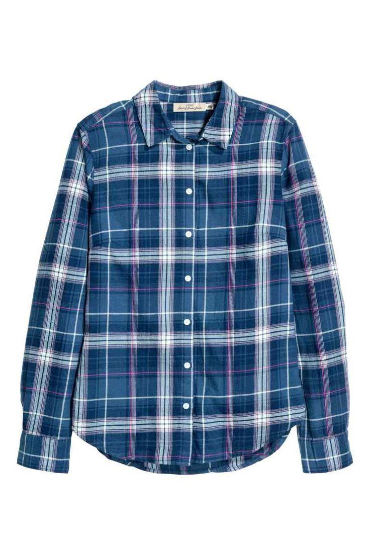Chemise à carreaux en flanelle: Chemise à carreaux en flanelle de coton. Modèle avec petit col et boutonnage devant. Manches terminées par poignet boutonné. Base arrondie avec un peu plus de longueur dans le dos.