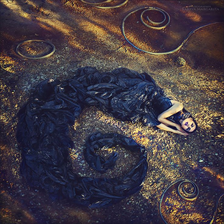 Margarita Kareva - kunst fotograaf. Heel gaaf dat ze in een rondje ligt. Haar jurk loopt over in een krul. Het lijkt wel op een fantasie foto. Ze is bijna aan het dromen. Waardoor het een warme uitstraling geeft, ook al zijn haar kleuren, die ze draagt, koud.