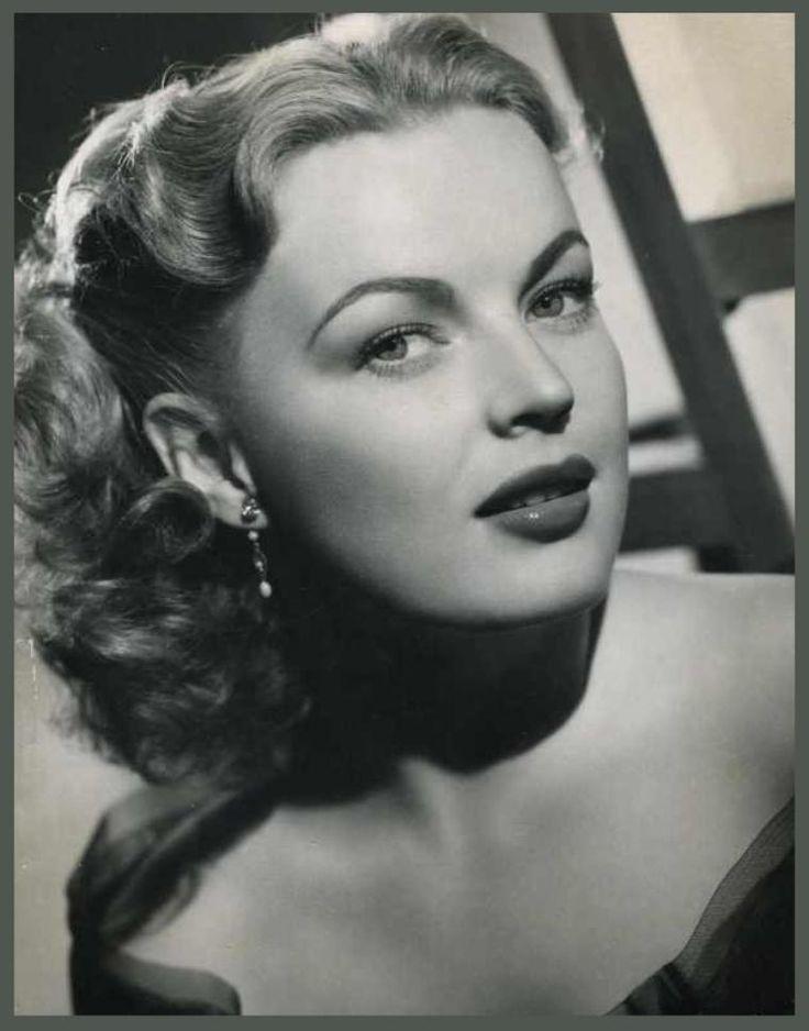 June HAVER '40-50 (10 Juin 1926 - 4 Juillet 2005.Fue una actriz cinematográfica estadounidense. Fue una popular estrella de los musicales de la 20th Century-Fox de finales de la década de 1940, destacando de entre ellos The Dolly Sisters, film que interpretó junto a Betty Grable. También es conocida por su segundo matrimonio, con el actor Fred MacMurray.June Haver falleció a causa de un fallo respiratorio el 4 de julio de 2005 en su domicilio en Brentwood (California). Tenía 79 años de edad.