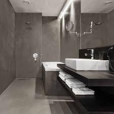 Beton ciré in badkamers is een waterdichte, luxe decoratieve beton stuc die voor de douchewanden toepasbaar is. Dankzij de unieke samenstelling en afwerking is beton ciré supersterk. Door het eindproduct af te werken met een versterkende en beschermende toplaag is de vloer of wand tevens watervast. Optioneel kunnen wand of vloer worden afgewerkt met een expoxy laag voor een extra waterdichtheid.