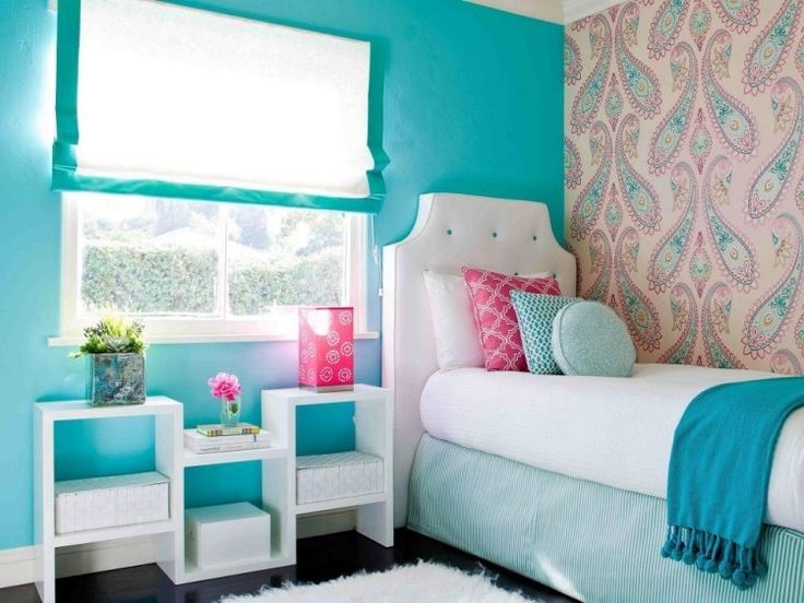 peinture turquoise pour la chambre à coucher avec un lit de design original