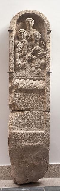 Estela de Crecente. Séc I dC. Museo Provincial de Lugo by IES-MGB, via Flickr APANA • AMBO LLI • F(ilia) • CELTICA SVPERTAM(ARICA) [ ) ] • MIOBRI AN(Norum) • XXV • H(ic) • S(ita) • E(st) APANVS • FR(ater) • F(aciendum) • C(uravit) Apana, filla de Ambolo, de pobo dos Célticos Supertamáricos (por encima do río Tambre, da parentela (ou do castelo) de Miobri. Morta aos 25 anos. Aquí está enterrada. Apano, o seu irmán, mandou erixir este dedicatoria.