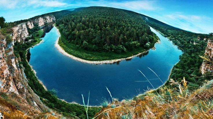 Река Ай на Южном Урале расположена за тысячи километров от новозеландского национального парка Абель-Тасман, однако ее изгибы напоминают именно об этом месте. Ай является одним из любимых туристических маршрутов: фанаты сплавов могут наслаждаться видами смешанных лесов, отвесных скал, пещер и многих других природных достопримечательностей.