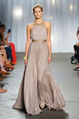 L'abito che ha dato forma al modulo è un abito lungo in plissè.