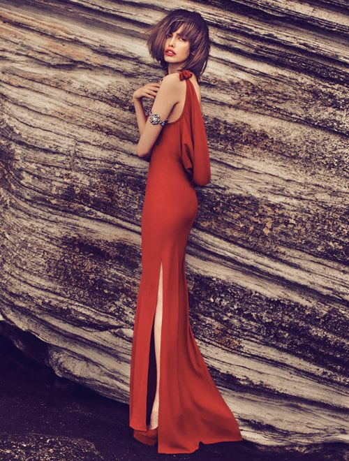 femeie in rochie rosie lunga In spatele unui barbat puternic sta o femeie, asa spune o veche vorba din popor. Nu stim daca este adevarat, insa stim faptul ca orice barbat adevarat apreciaza o femeie frumoasa.