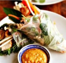 Rouleaux de salade thaïlandais au dindon grillé et champignons enoki servis avec une sauce aux arachides