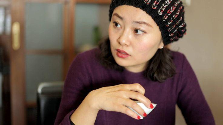 Es una joven empresaria que trabaja para su propia marca de importación de cosméticos. Tras estudiar en Francia volvió a China, donde encuentra muy difícil conectar con los hombres de su país. Al mismo tiempo, se muere de ganas de enamorarse y combate la presión familiar por no estar casada.