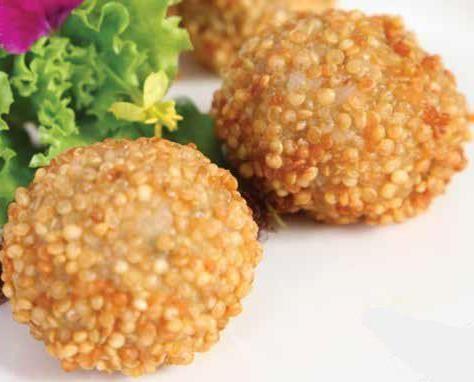 Es una entrada muy nutritiva con bolitas de quinua, arroz y atún, que son fritas.