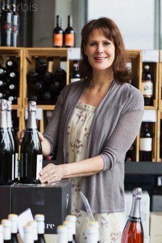 Portrait of wine trader in her store, Numer utworu: 42-49185327, Fotochannels
